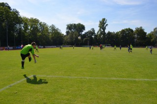 Bartek Klonowski wybija piłkę na środek pola