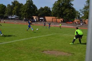 Szymon Szczuka  odgrywa piłkę do obrońców