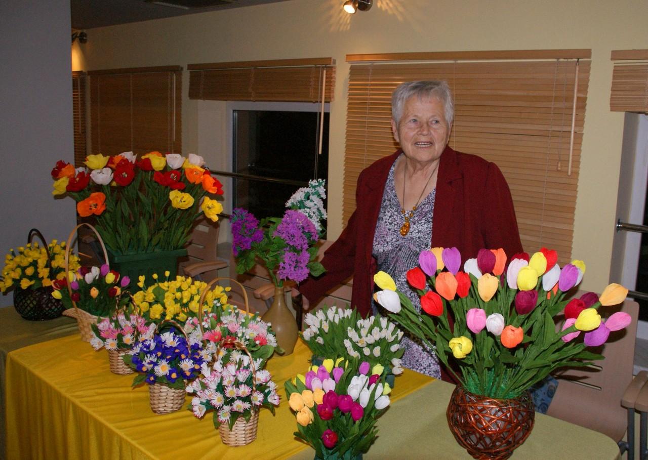 Mistrzyni w wykonywaniu kwiatów z bibuły