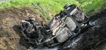 Kierowca uwolniony z płonącego samochodu