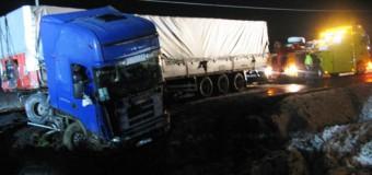 Samochód ciężarowy zatarasował całą jezdnię