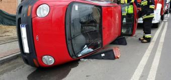 Przewrócony samochód w centrum miasta