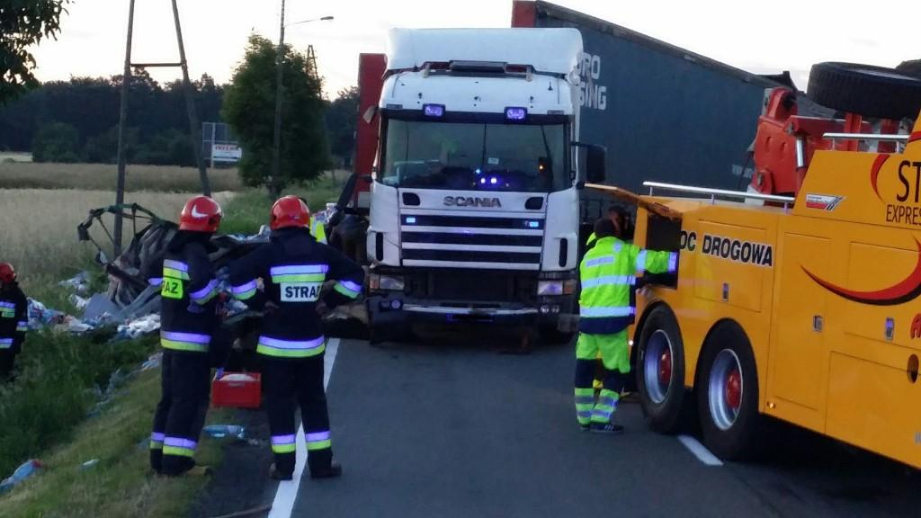 Przewrócona ciężarówka zablokowała DK 11