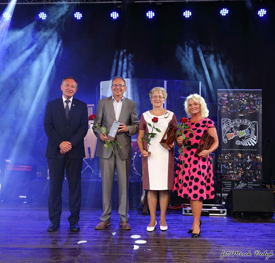 Piotr Antkowiak, Katarzyna Jackowska i Edeltrauda Zug z Różami Olesna