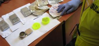 Kilogram amfetaminy w aucie, kolejne narkotyki i dopalacze w mieszkaniu – para z gminy Praszka zatrzymana