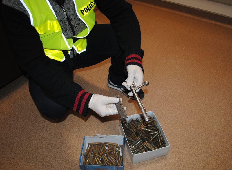 Policjanci znaleźli w domu 400 naboi i części karabinu