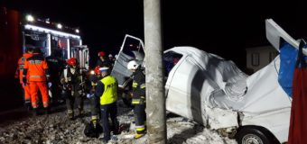 Wypadek w Grodzisku. Samochód owinął się wokół słupa