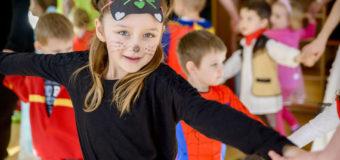 Bale przebierańców w oleskich przedszkolach