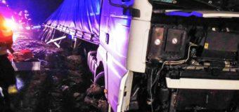Samochód ciężarowy obrócił się o 180 stopni i wpadł do rowu