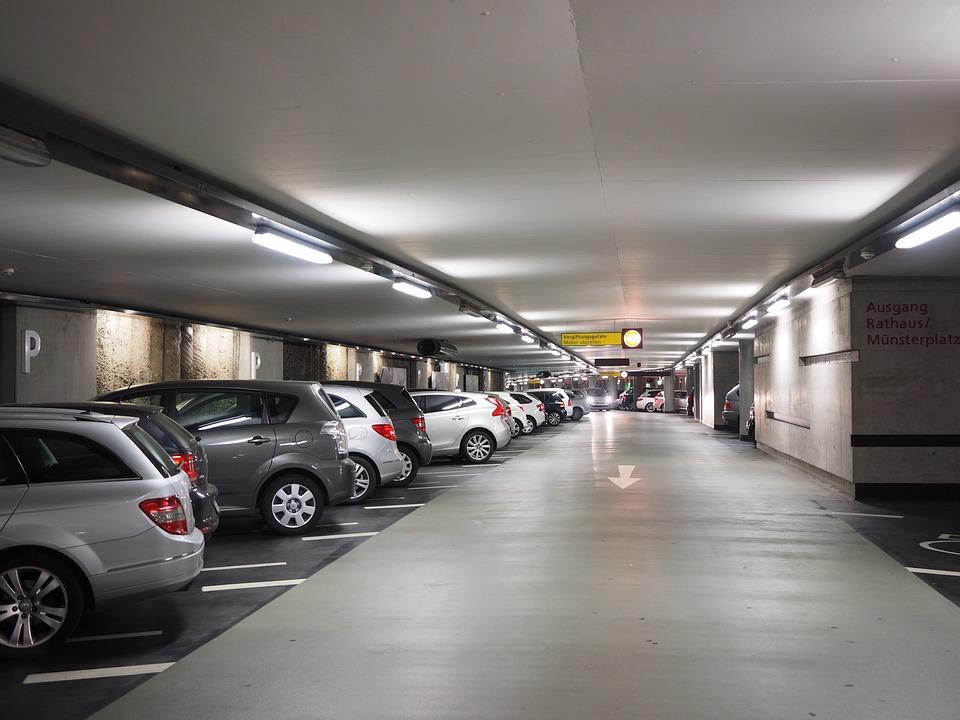 Jak uzyskać odszkodowanie za szkodę na parkingu? Oto krótki poradnik odszkodowawczy