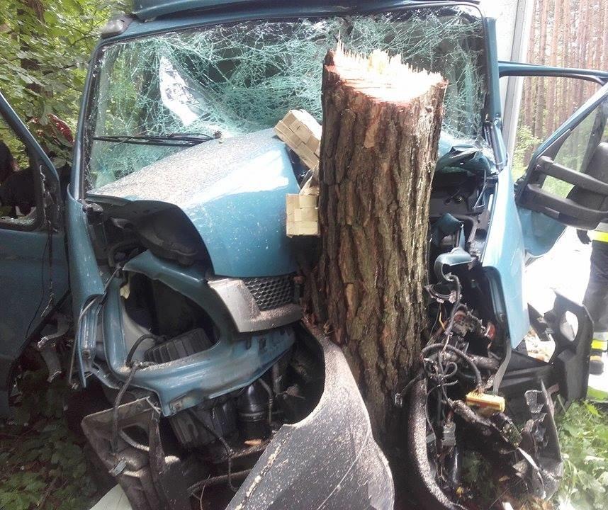 Niebezpieczny wypadek w Klekotnej. Samochód uderzył w drzewo