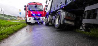 Kierujący ciężarówką zjechał z drogi i uderzył w osobówkę