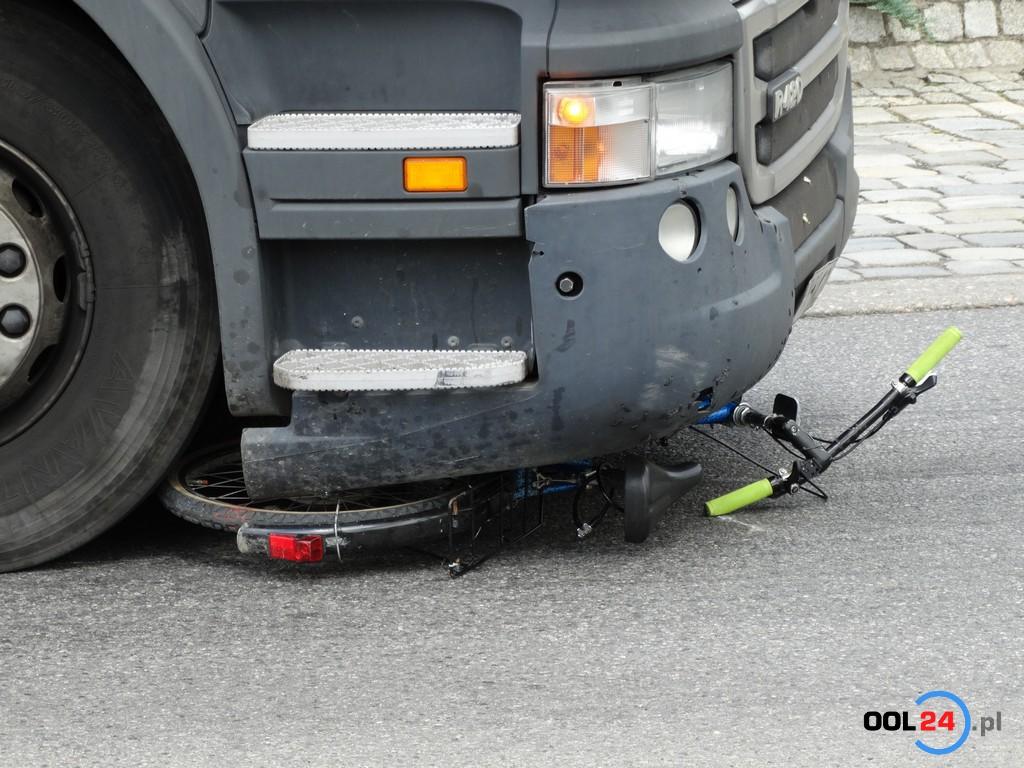 11-letni rowerzysta potrącony przez tira na rondzie w Oleśnie