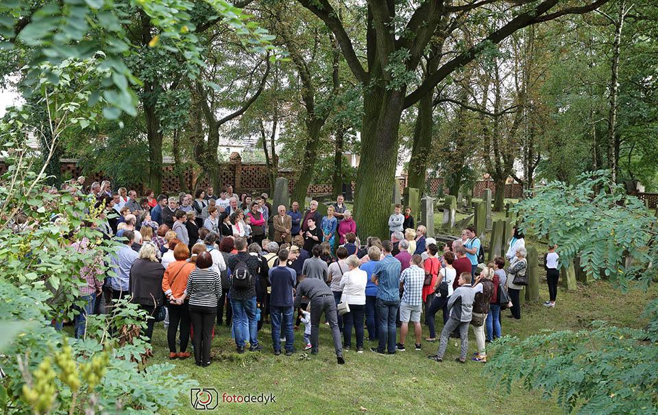 Mieszkańcy tłumnie zwiedzili cmentarz żydowski w Oleśnie