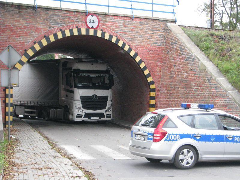Kierujący ciężarówką utknął pod wiaduktem w Oleśnie
