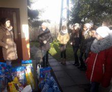 """Uczniowie oleskiej """"Jedynki"""" przekazali 200 kilogramów karmy dla bezdomnych zwierząt"""