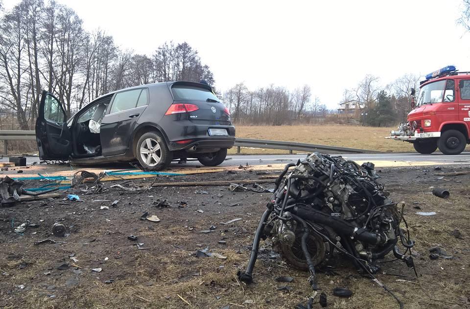 Z ciężarówki na osobówkę wypadł ładunek – jedna osoba poszkodowana