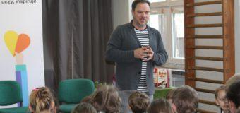 Grzegorz Kasdepke na spotkaniu autorskim w szkole w Wachowie