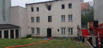 Nad ranem w Oleśnie wybuchł pożar w budynku wielorodzinnym. 9 zastępów straży pożarnej, ewakuacja mieszkańców