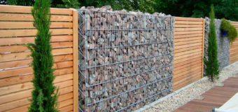 Drewniany płot osłonowy – idealne rozwiązanie na druciane siatki ogrodzeniowe