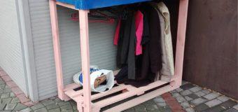 Zostaw zimowe ubrania na specjalnym wieszaku dla potrzebujących