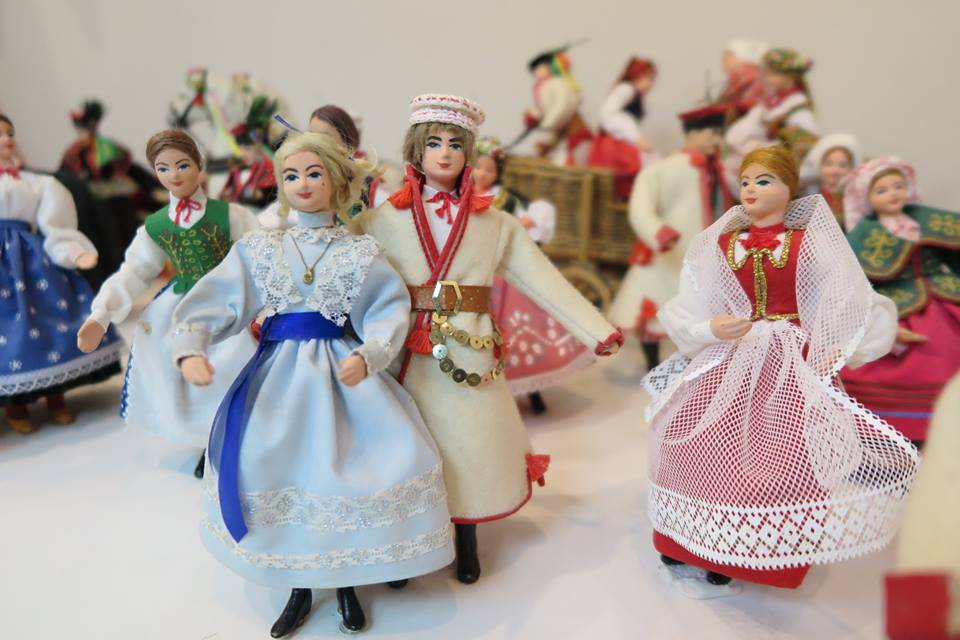 """Wystawa """"Lalki polskie"""" w Oleskim Muzeum Regionalnym"""