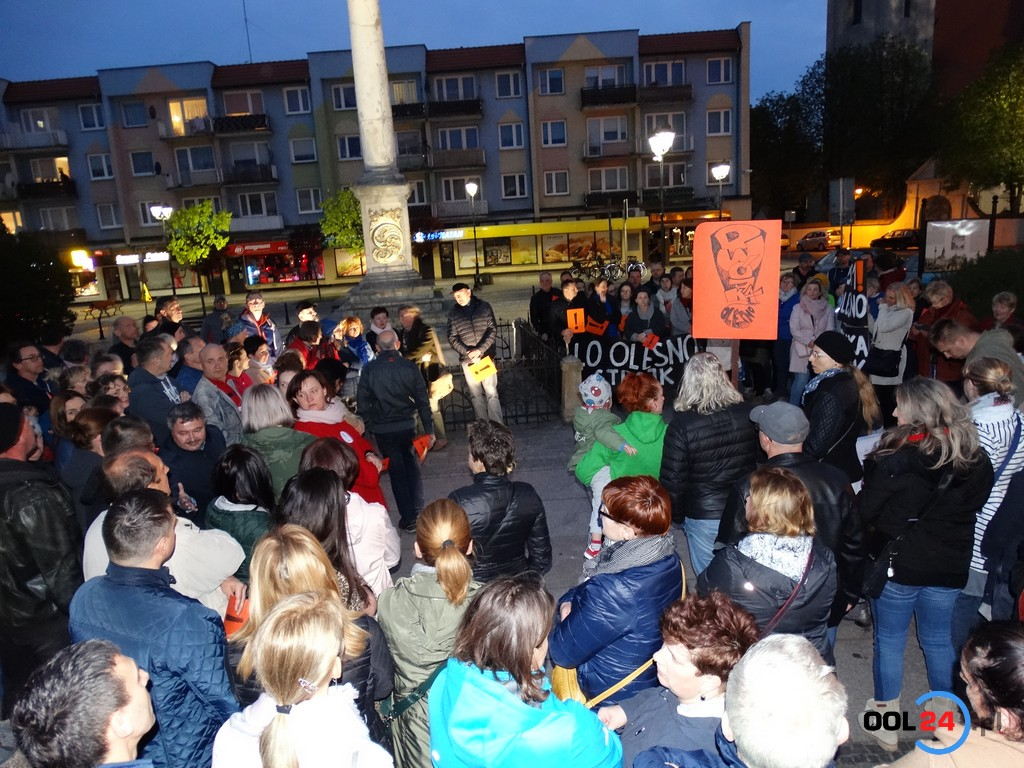 Wiec wsparcia dla protestujących nauczycieli w Oleśnie