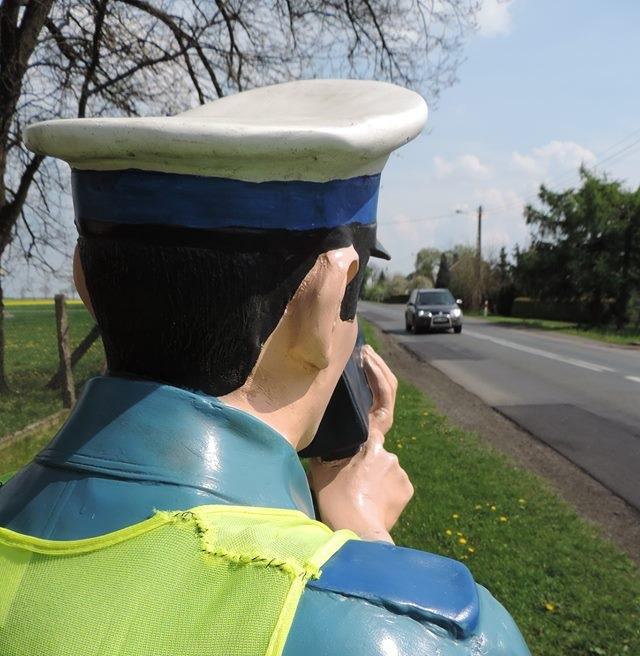 """Wypadek motocyklisty bez prawa jazdy, 135 km/h w """"zabudowanym"""" – świąteczny weekend na drogach powiatu"""