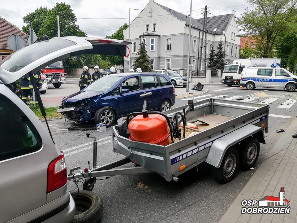 Kolizja dwóch samochodów w Dobrodzieniu