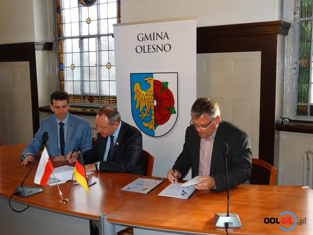 """Oleska """"Dwójka"""" podpisała partnerską umowę ze szkołą z Arnsbergu"""