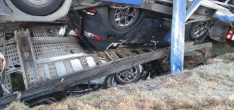 Ciężarówka wioząca 7 nowych samochodów wpadła do rowu. Kierujący miał blisko 2 promile