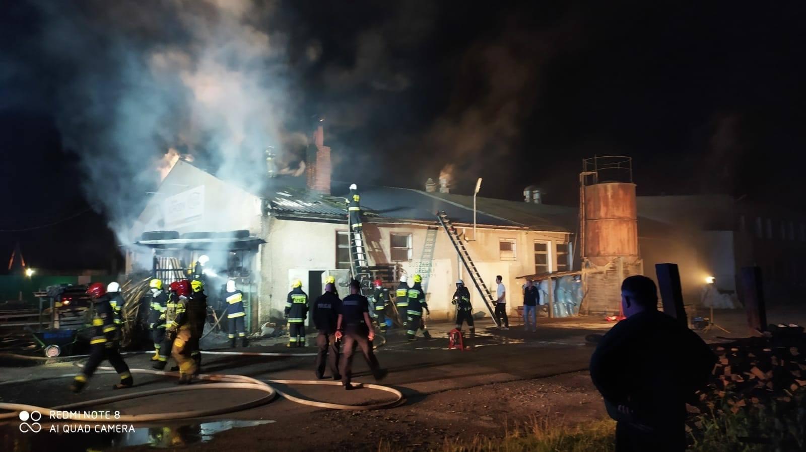 Nocny pożar w stolarni w Świerczu