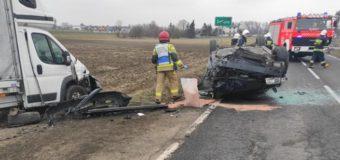 Wypadek samochodu osobowego z dostawczym. Jedna osoba poszkodowana
