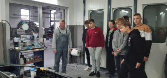 Uczniowie mogli poznać specyfikę pracy blacharza i lakiernika samochodowego